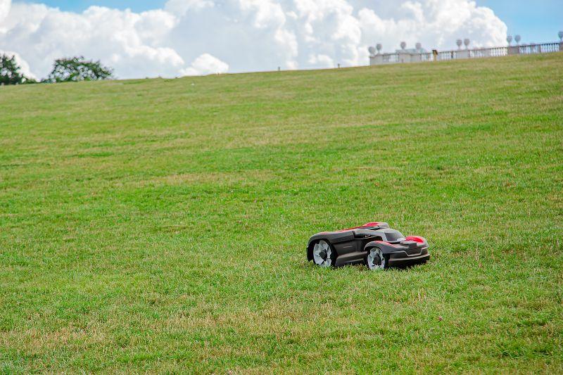 Automatiska gräsklippare drivs av elektricitet